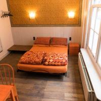Overzicht van kamer en bed gezien vanaf de ingang
